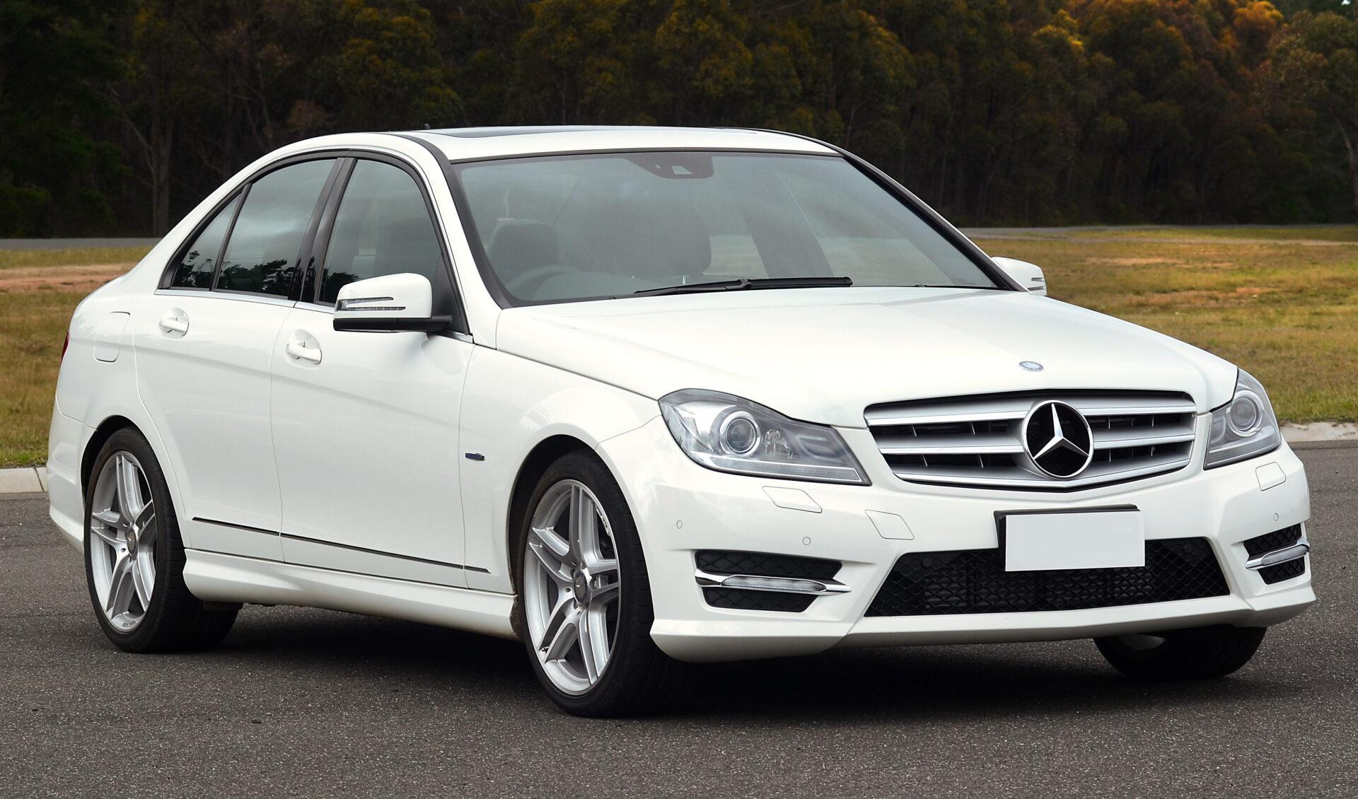 2011_Mercedes-Benz_C_250_CDI_(W204)_BlueEFFICIENCY_Avantgarde_sedan_(2011-10-11)